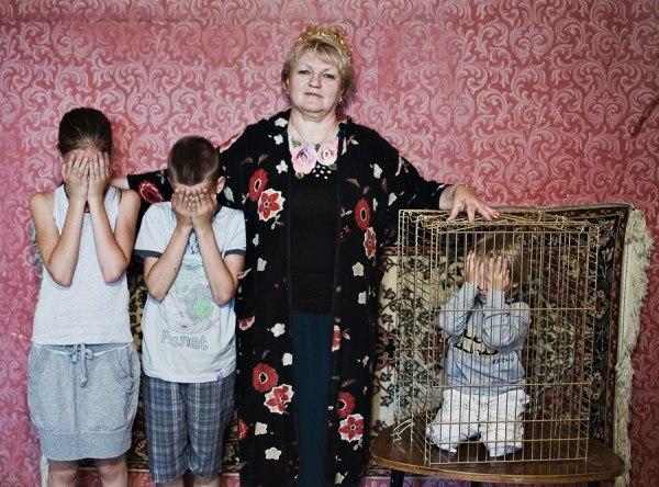 Дитинство під ковпаком: як батьки з кращих спонукань шкодять дітям